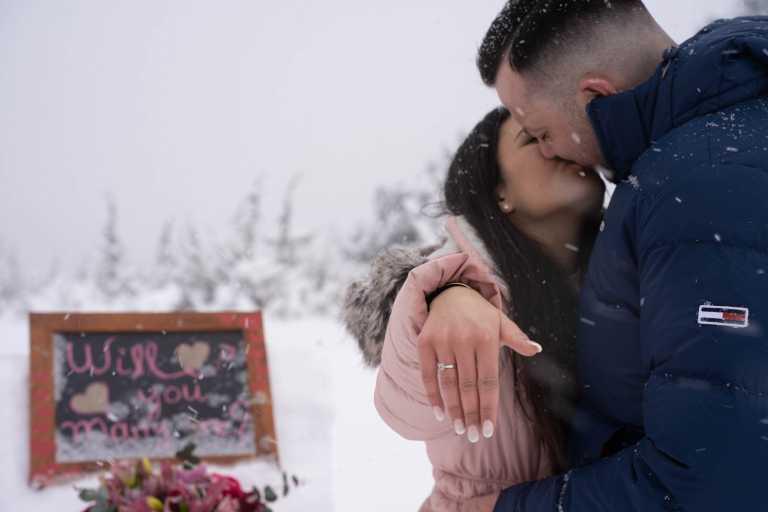 «Παραμυθένια» πρόταση γάμου στο Σέλι: Είπε το «ναι» στους -10 και με μισό μέτρο χιόνι (pics)