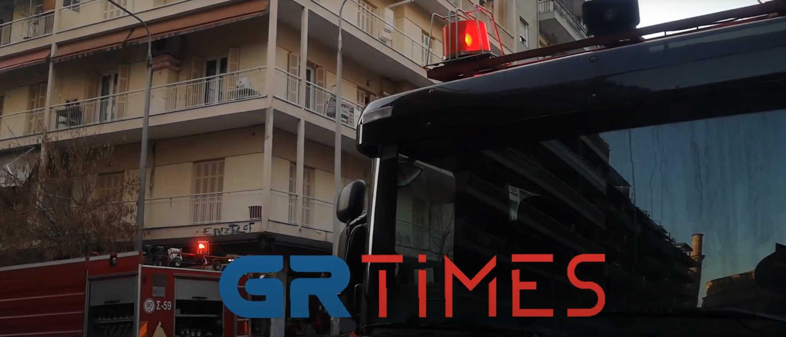 Φωτιά στη Θεσσαλονίκη – Υπόγειο κατάστημα στις φλόγες (video)