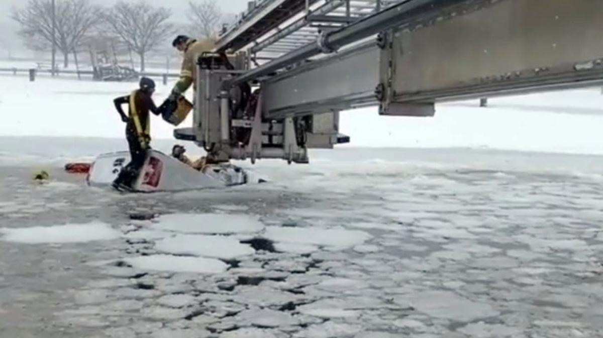 Καρέ – καρέ επιχείρηση διάσωσης μέσα στον πάγο: Εγκλωβίστηκαν σε φορτηγάκι που βυθιζόταν (vid)