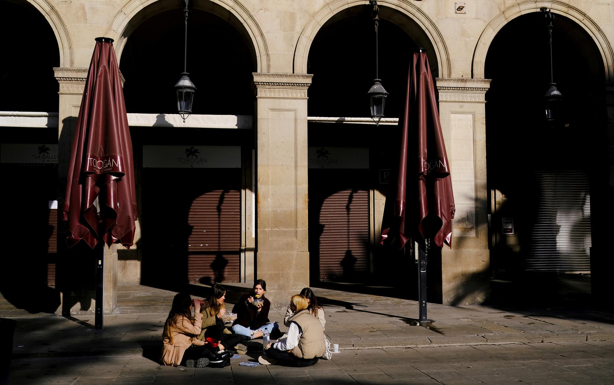 Ισπανία: Χαλάρωση των μέτρων στην Καταλονία μετά τη μείωση των κρουσμάτων κορονοϊού