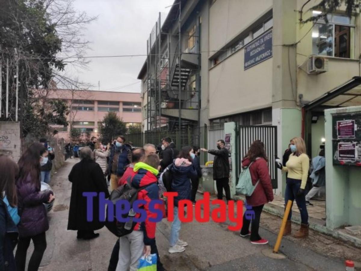 Θεσσαλονίκη: «Χτύπησε» το πρώτο κουδούνι σε γυμνάσια και λύκεια –Με θερμομέτρηση η επιστροφή των μαθητών (pics, vids)