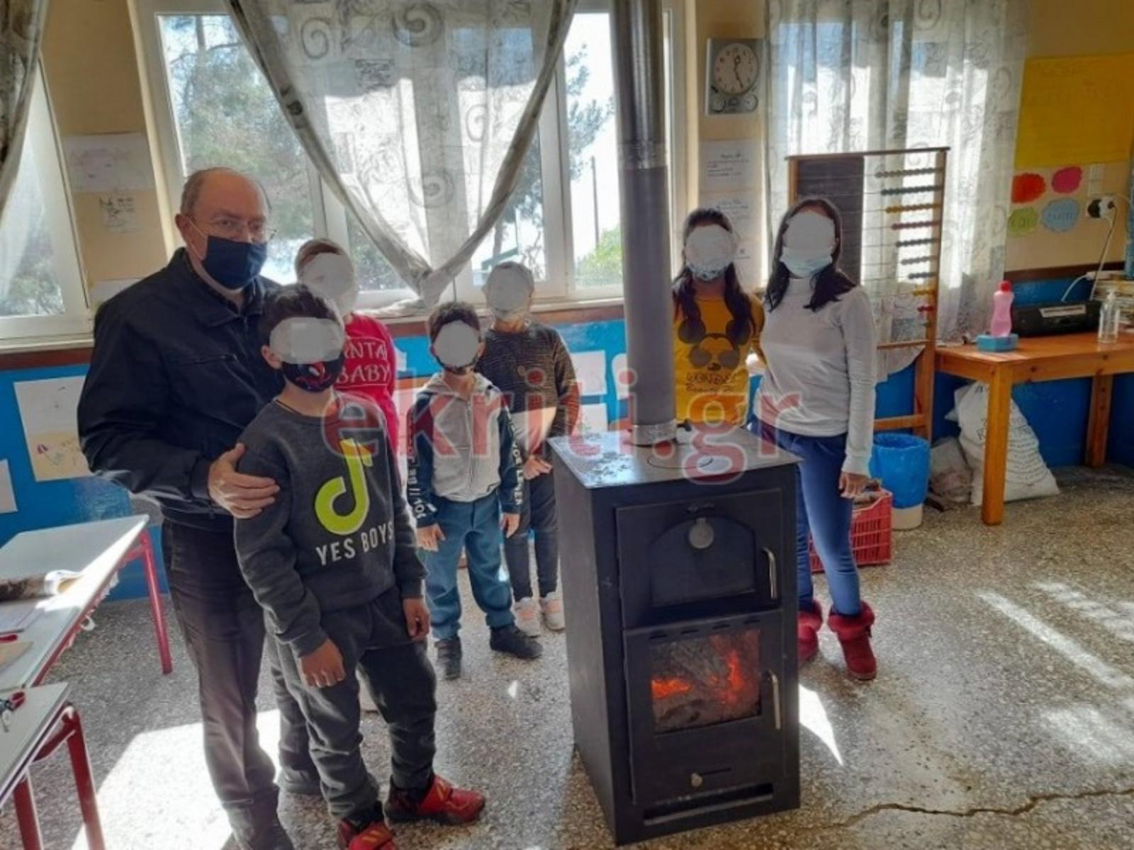 Κρήτη: Μάθημα γεμάτο αγάπη σε δημοτικό σχολείο – Όλοι γύρω από μια ξυλόσομπα