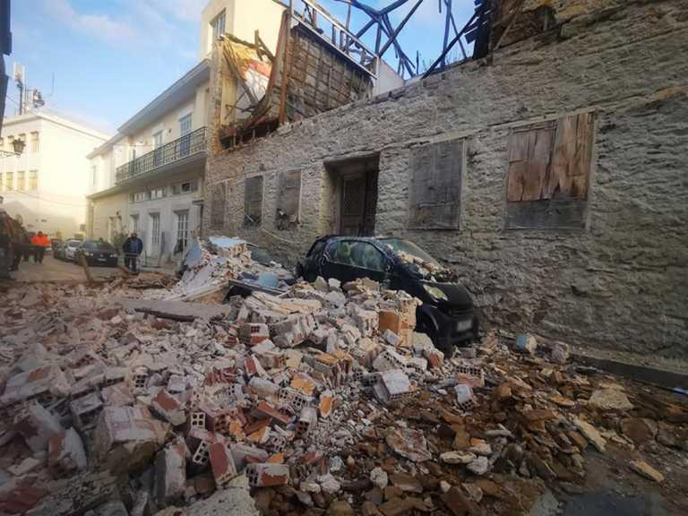 Σύρος: Κατάρρευση τοίχου πάνω σε αυτοκίνητα – Αυτοψία στο σημείο στην καρδιά της Ερμούπολης (pics, video)