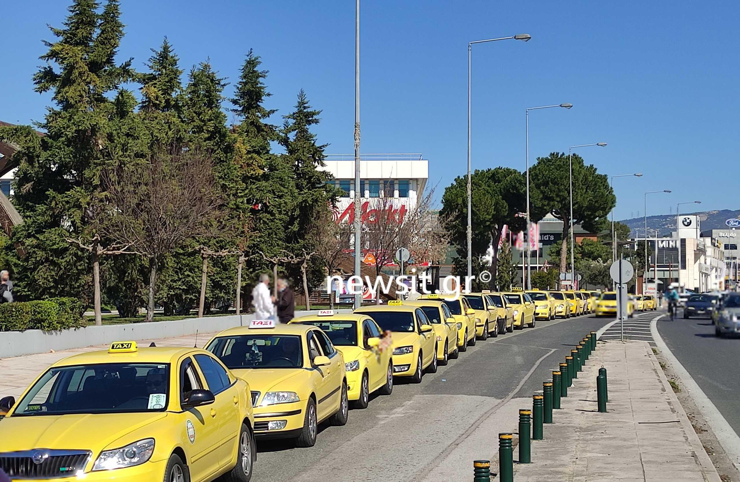 """Κορονοϊός: Η μεγαλύτερη πιάτσα ταξί βρίσκεται πλέον έξω από τον """"Προμηθέα"""" (pics)"""