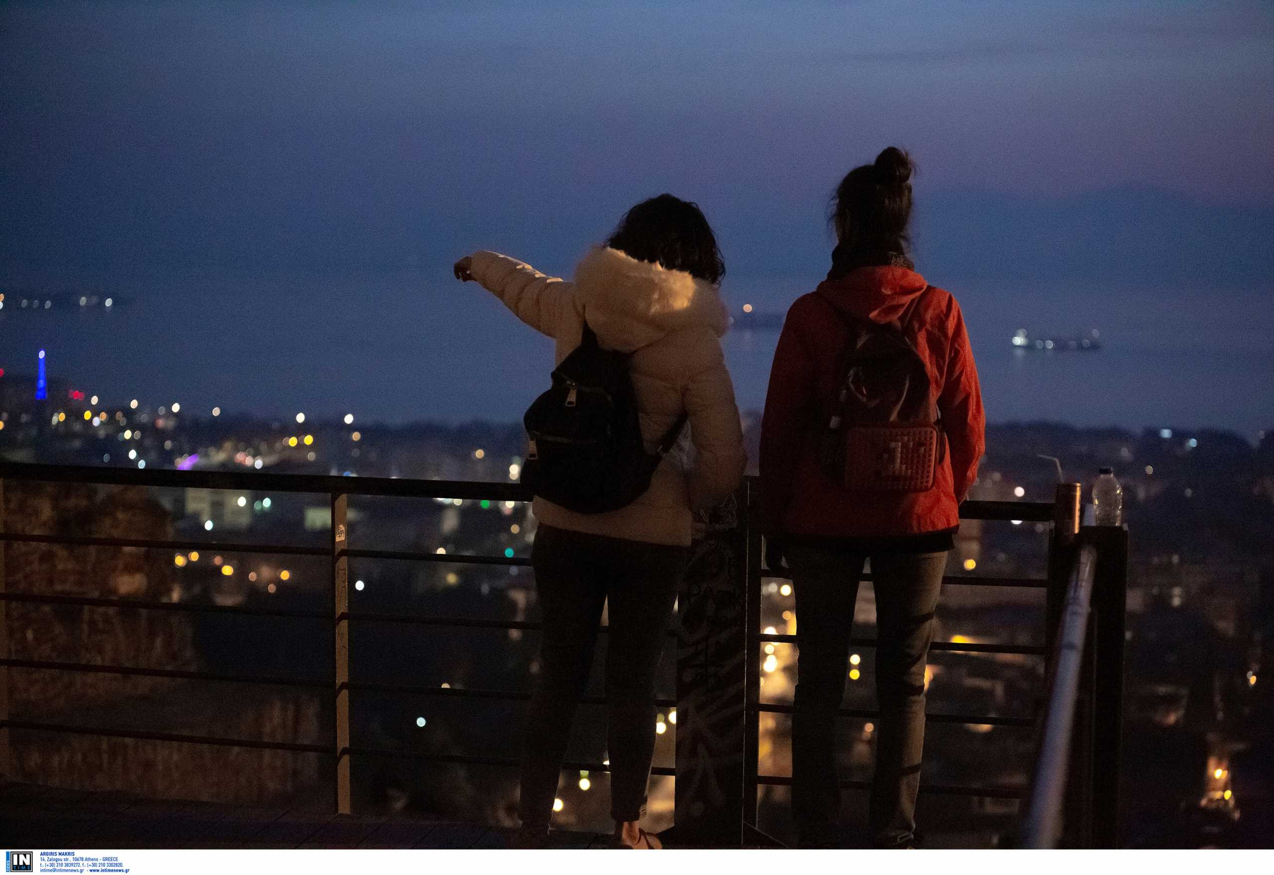 Πήδηξαν από μπαλκόνι στη Θεσσαλονίκη για να γλιτώσουν το πρόστιμο για το κορονο-πάρτι (video)