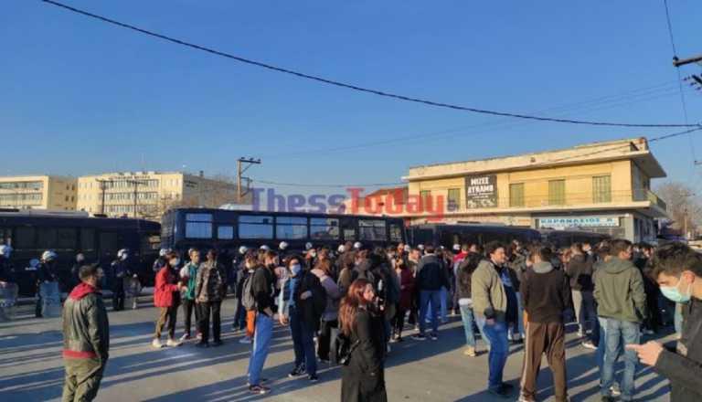 «Ηλεκτρισμένη» ατμόσφαιρα έξω από το Aστυνομικό Mέγαρο Θεσσαλονίκης (video)