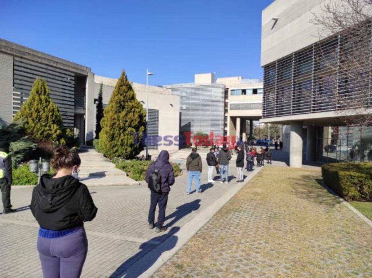 Θεσσαλονίκη: Τεράστιες ουρές για rapid τεστ για κορονοϊό στο δημαρχείο (pics, vid)
