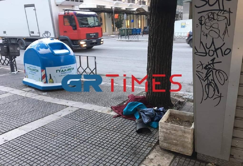 Θεσσαλονίκη: Πέταξε τα ρούχα της στην Τσιμισκή και άρχισε να περπατάει γυμνή στα χιόνια – Άφωνοι οι περαστικοί (pics)