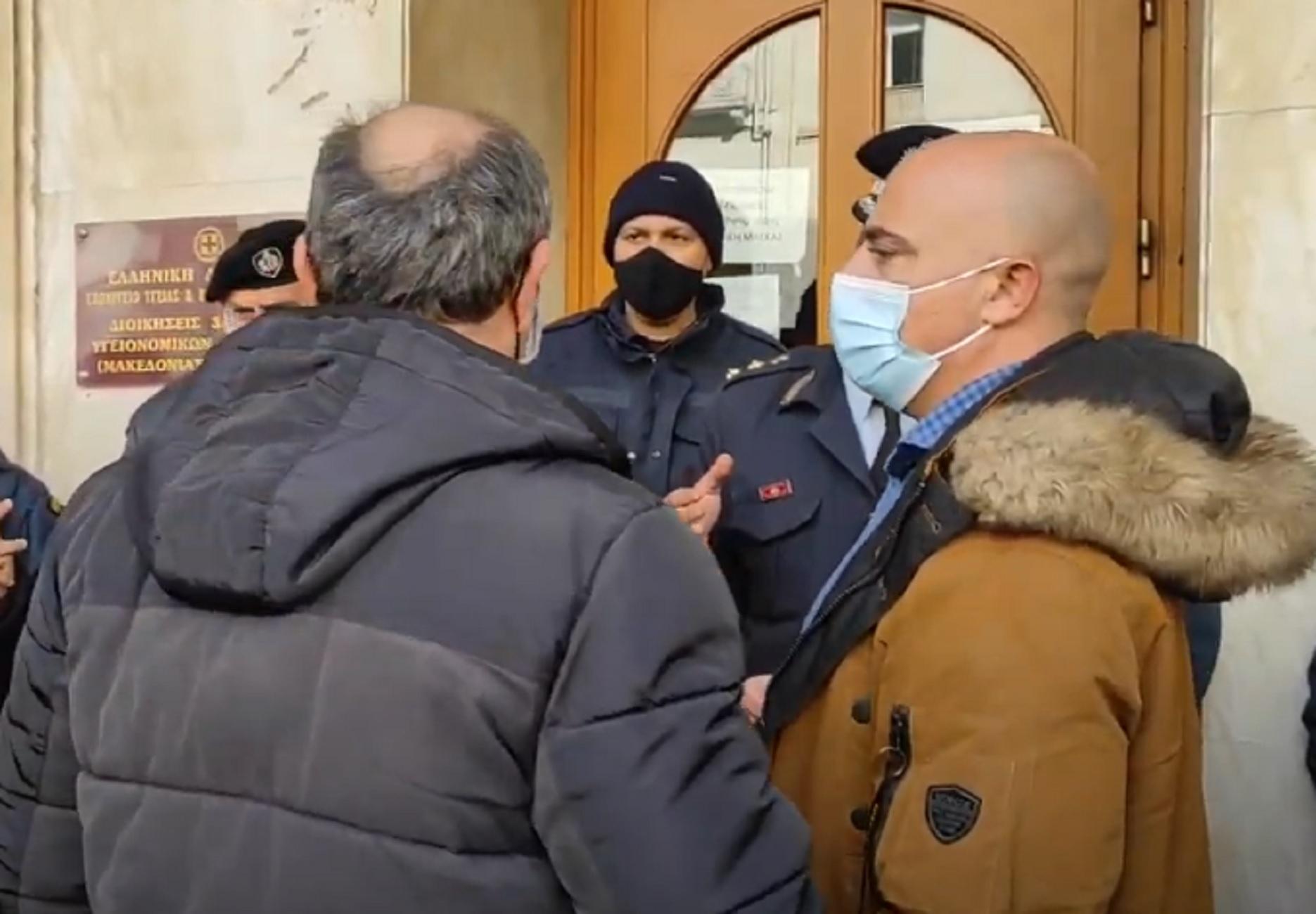 Θεσσαλονίκη: Ένταση μεταξύ γιατρών και αστυνομικών για τους διωκόμενους συνδικαλιστές (video)