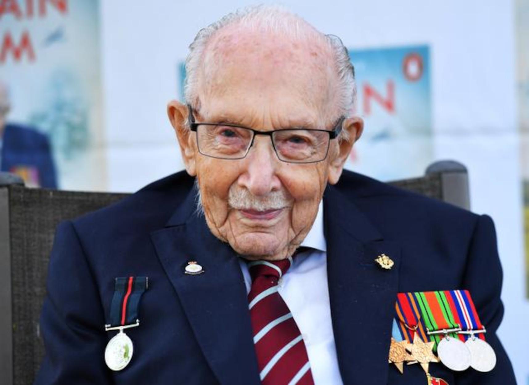 Βρετανία: Πέθανε από κορονοϊό ο 100χρονος Τομ Μουρ, που συγκίνησε με την προσφορά του στο NHS