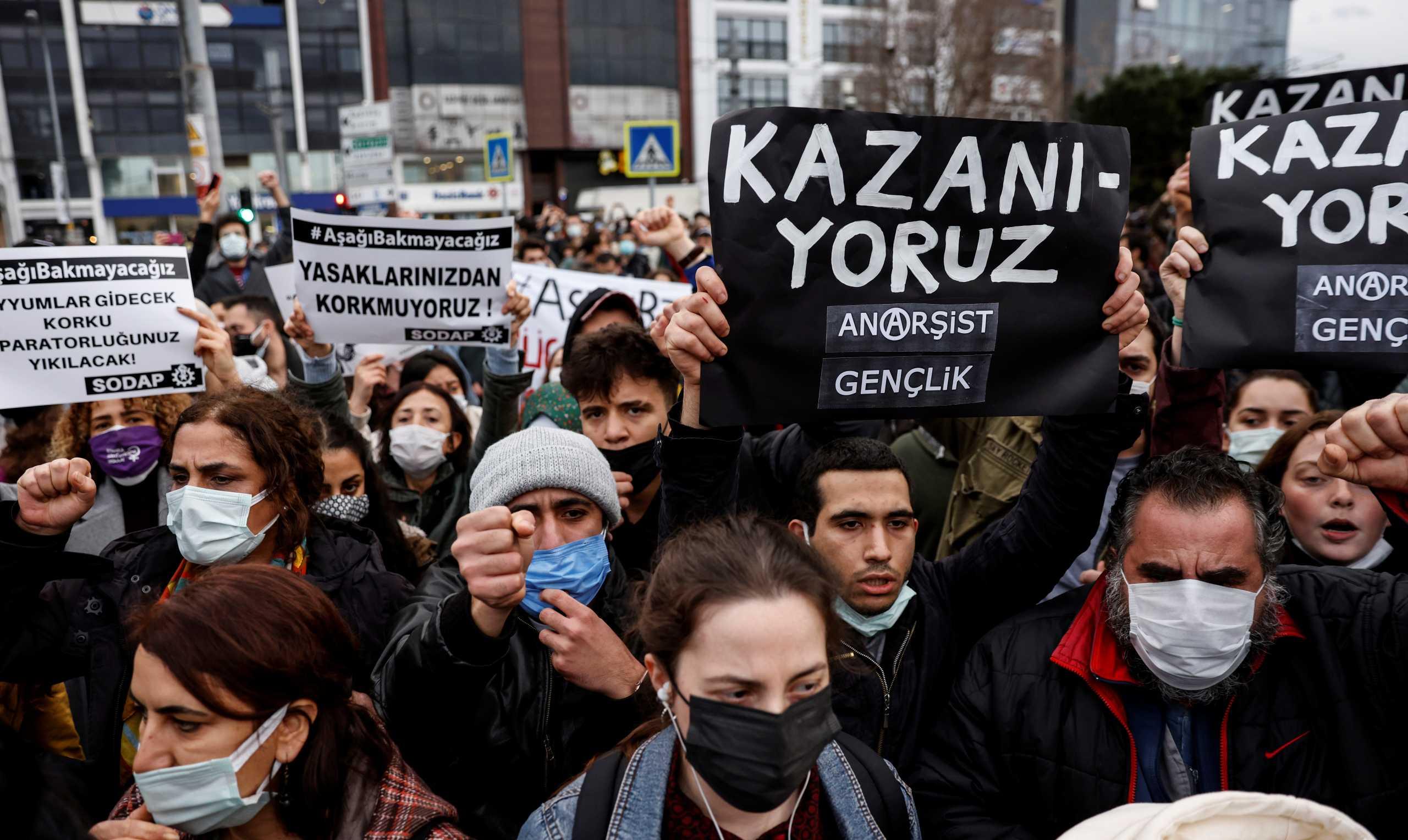 Δίχως τέλος οι διαδηλώσεις στην Τουρκία – Δεν παραιτείται ο «φυτευτός» πρύτανης του Ερντογάν