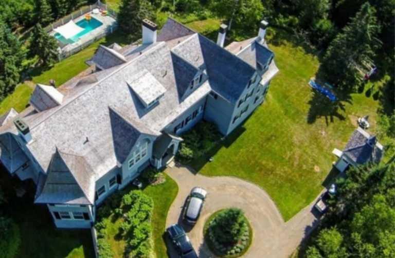 Η εξοχική κατοικία του Τζον Τραβόλτα έχει μέγεθος ξενοδοχείου!