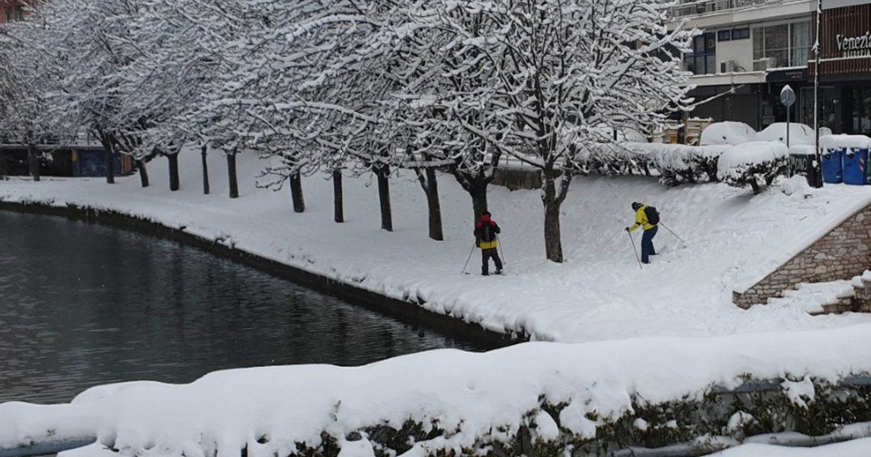 Καιρός – Τρίκαλα: Σκι στις όχθες του Ληθαίου! Ένα μέτρο το χιόνι στα ορεινά