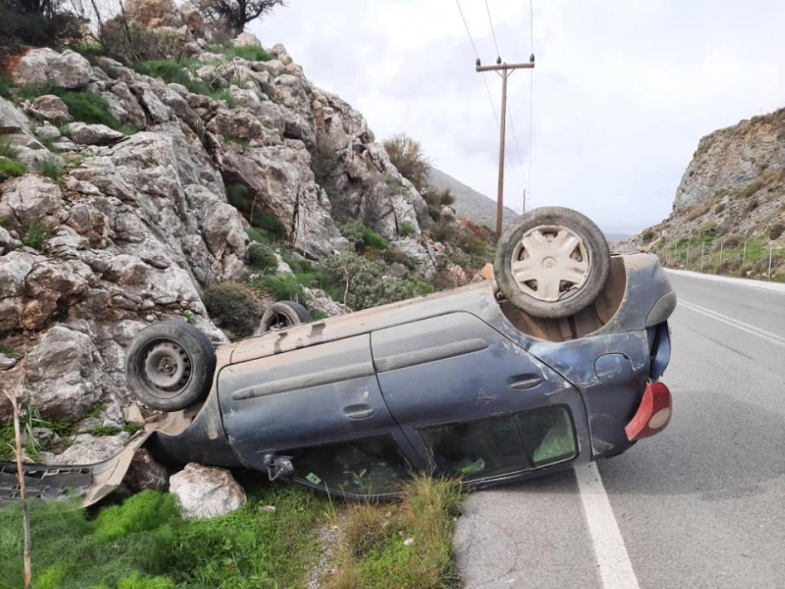 Κρήτη: Τούμπαρε το αυτοκίνητο, έπεσε στα βράχια κι όμως σώθηκε (pics)
