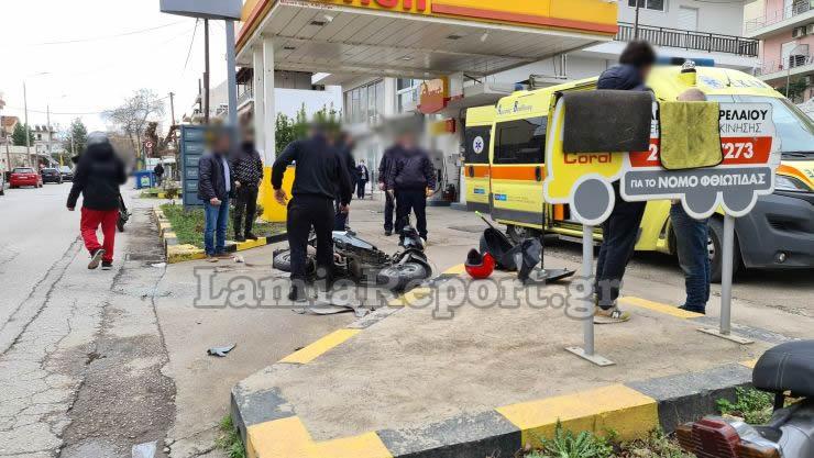 Λαμία: Σοβαρό τροχαίο με ντελιβερά – Σύγκρουση στην είσοδο του βενζινάδικου (pics)