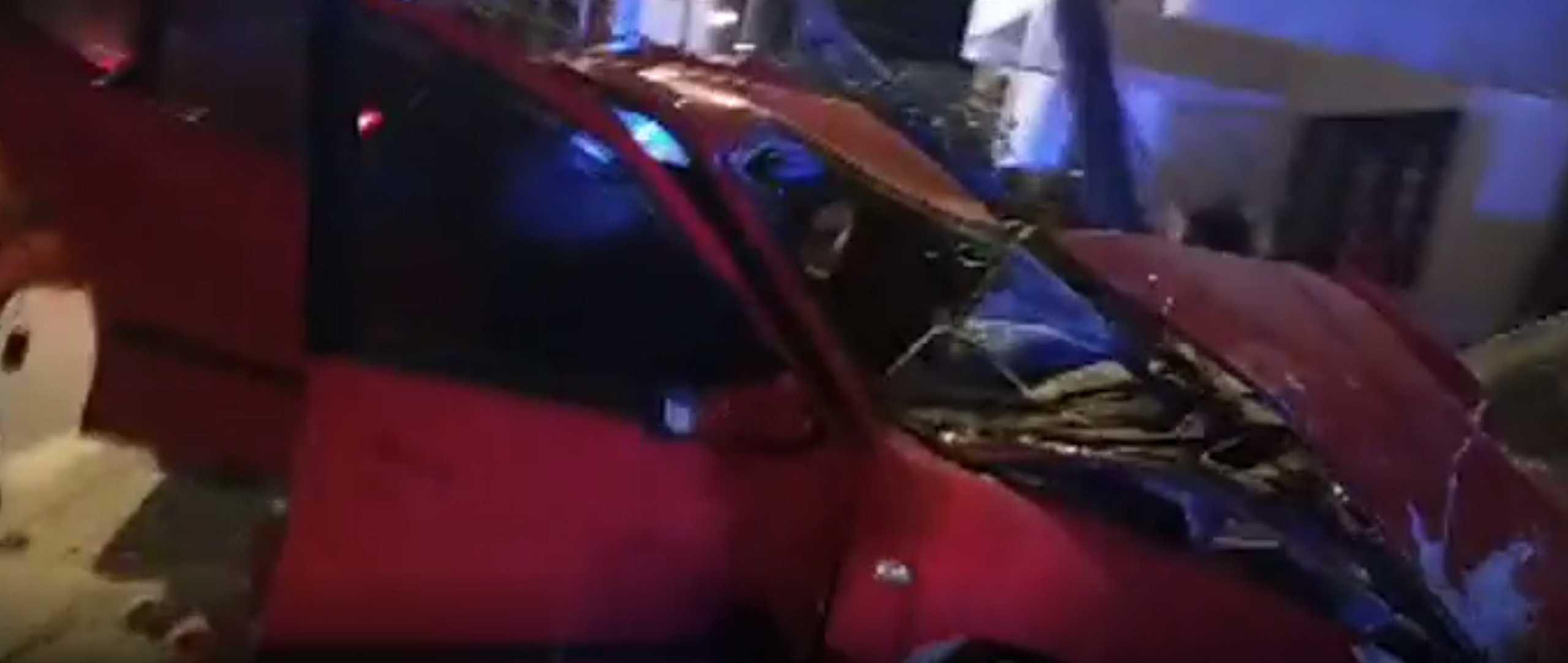 Κόρινθος: Αυτοκίνητο «καρφώθηκε» σε μάντρα – Έβγαλαν βαριά τραυματισμένο τον οδηγό (pic)