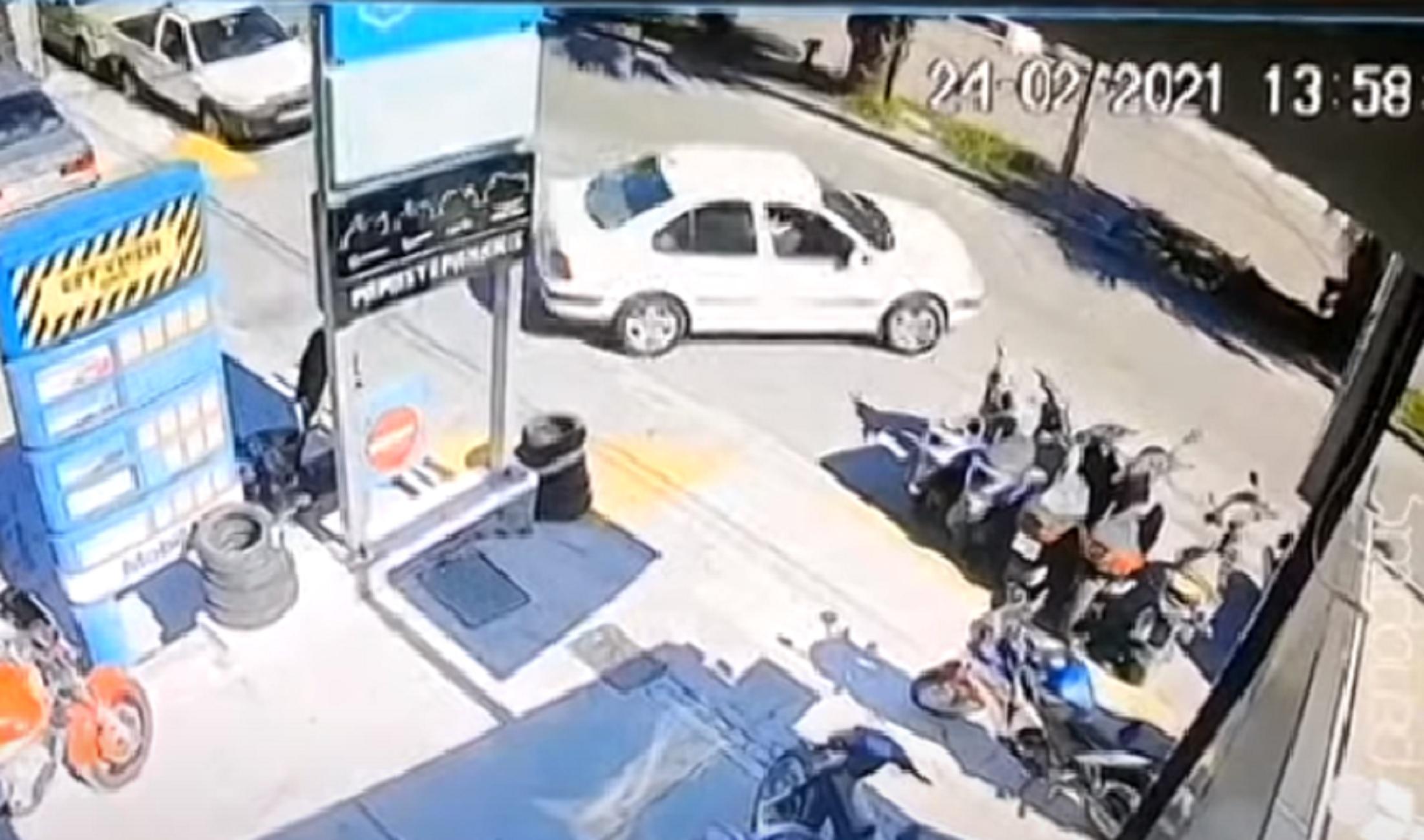 Ηράκλειο: Τροχαίο στην κάμερα – Η στιγμή της απροσεξίας δύο οδηγών στην είσοδο του βενζινάδικου (video)