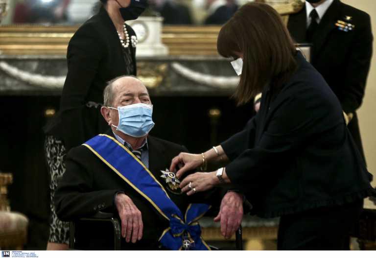 Ύψιστη τιμή: Η Κατερίνα Σακελλαροπούλου παρασημοφόρησε τον Ιάκωβο Τσούνη για την προσφορά του στις ΕΔ [pics]