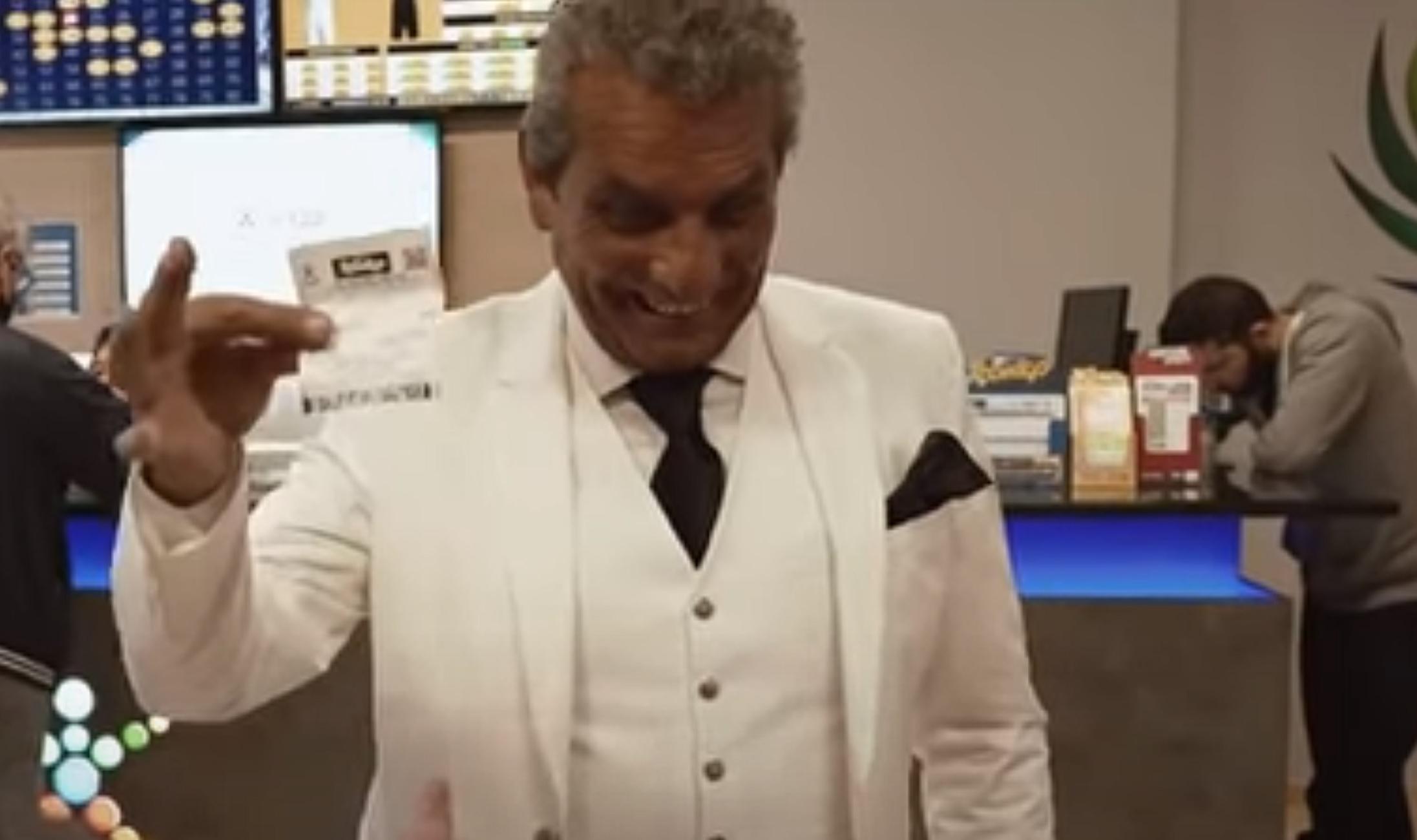Σύρος: Κέρδισε στο τζόκερ 5.000.000 και έδωσε στον αδερφό του 5 ευρώ – Οι εικόνες που τα σπάνε (video)