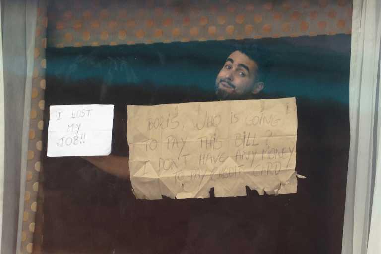 «Είμαστε σαν αιχμάλωτοι» – Πώς είναι η υποχρεωτική καραντίνα των 2.000 ευρώ σε ξενοδοχείο στην Βρετανία (pics)