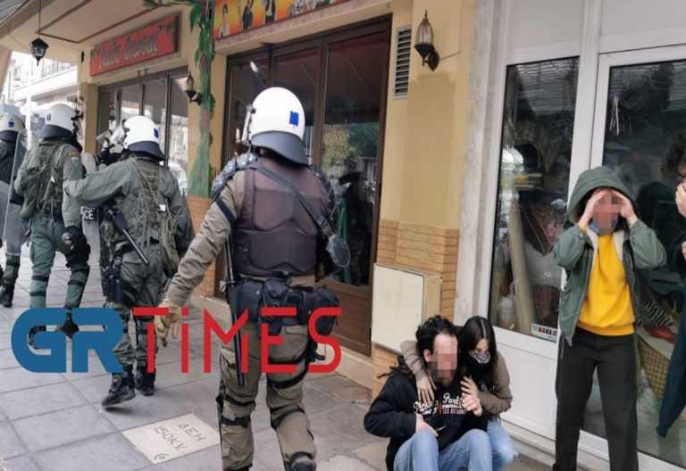 Θεσσαλονίκη Αστυνομικοί χτυπούν στο πρόσωπο και κλωτσούν άνδρα (video)