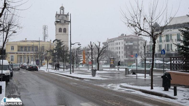 Καιρός – Κοζάνη: Χιόνια στο καμπαναριό – Η Μήδεια έντυσε την πόλη στα λευκά (video)