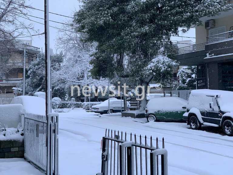 Καιρός: Χιονίζει στην Αθήνα – Το «έστρωσε» στα Βόρεια Προάστια (pics)