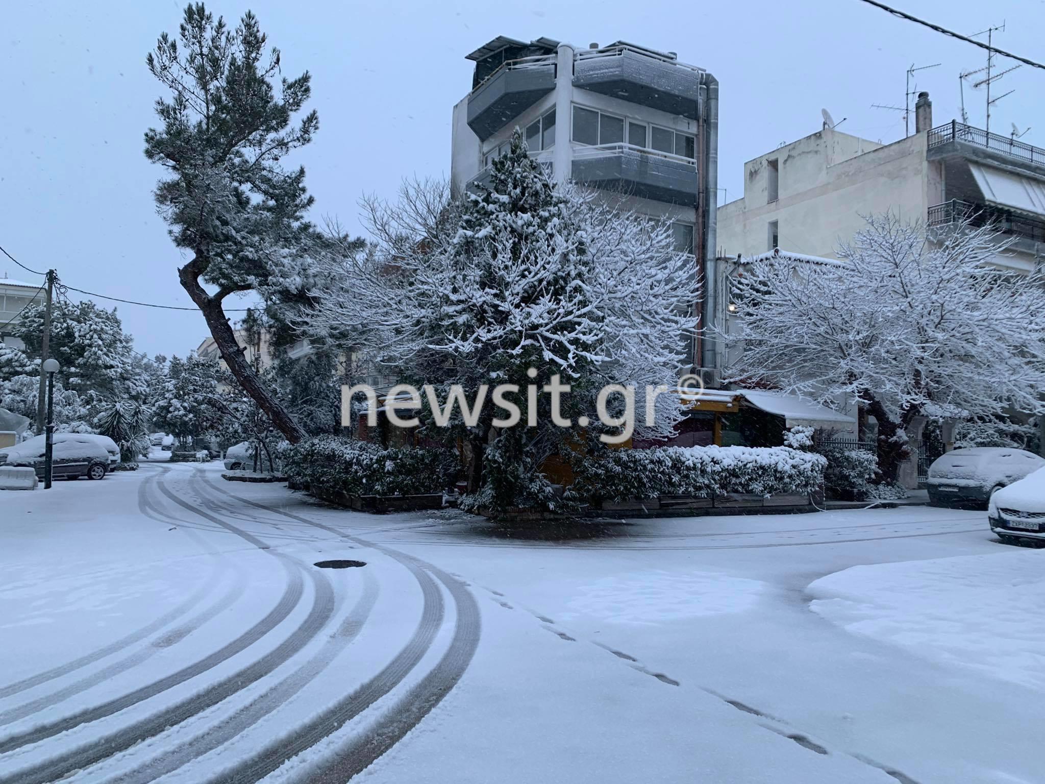 Καιρός: Εντυπωσιακές εικόνες από το χιόνι στα Βόρεια Προάστια – Με αλυσίδες στην Κηφισίας