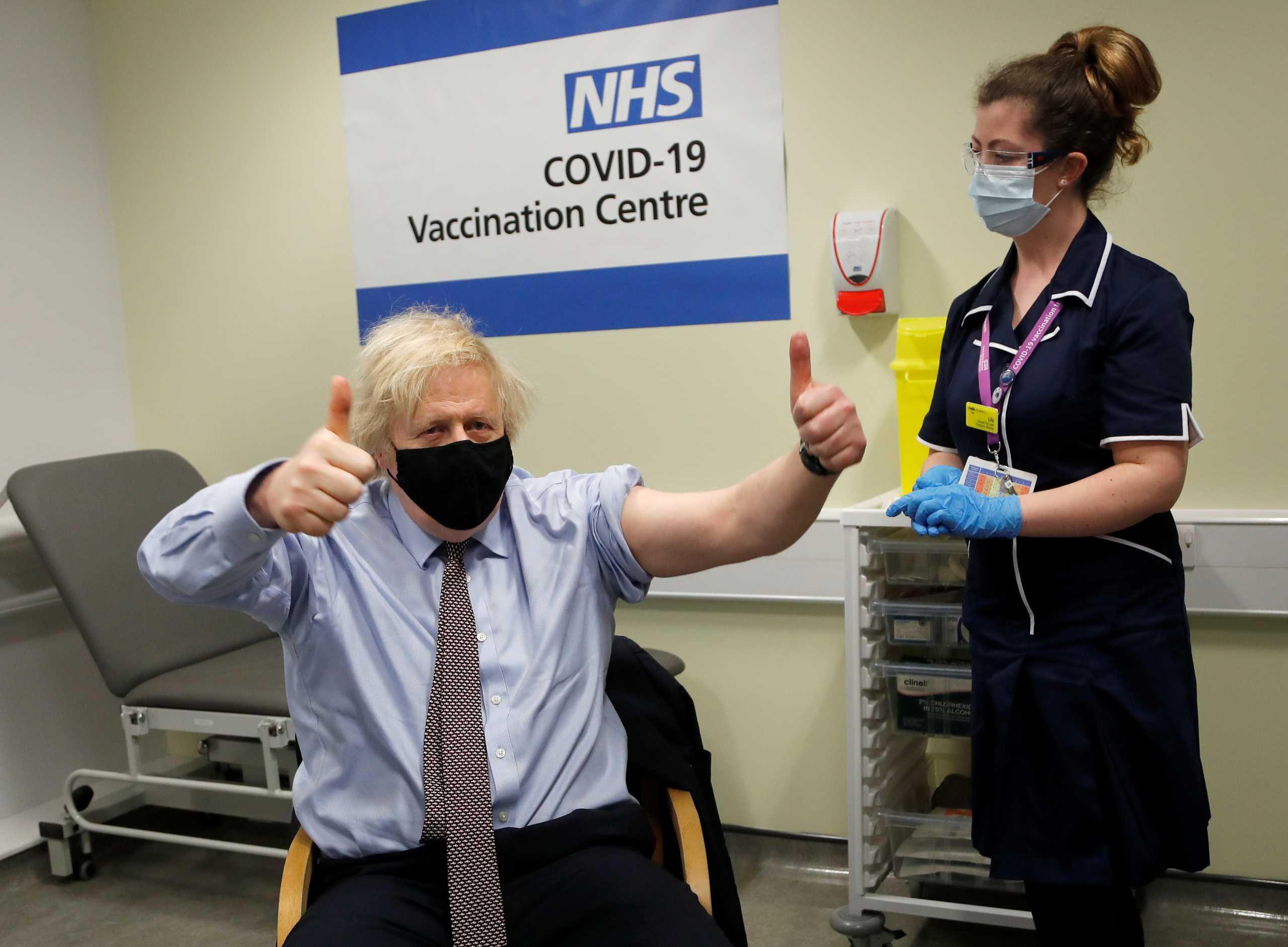 Εμβολιάστηκε με AstraZeneca ο Μπόρις Τζόνσον: «Πηγαίνετε και κάντε το» (pics)