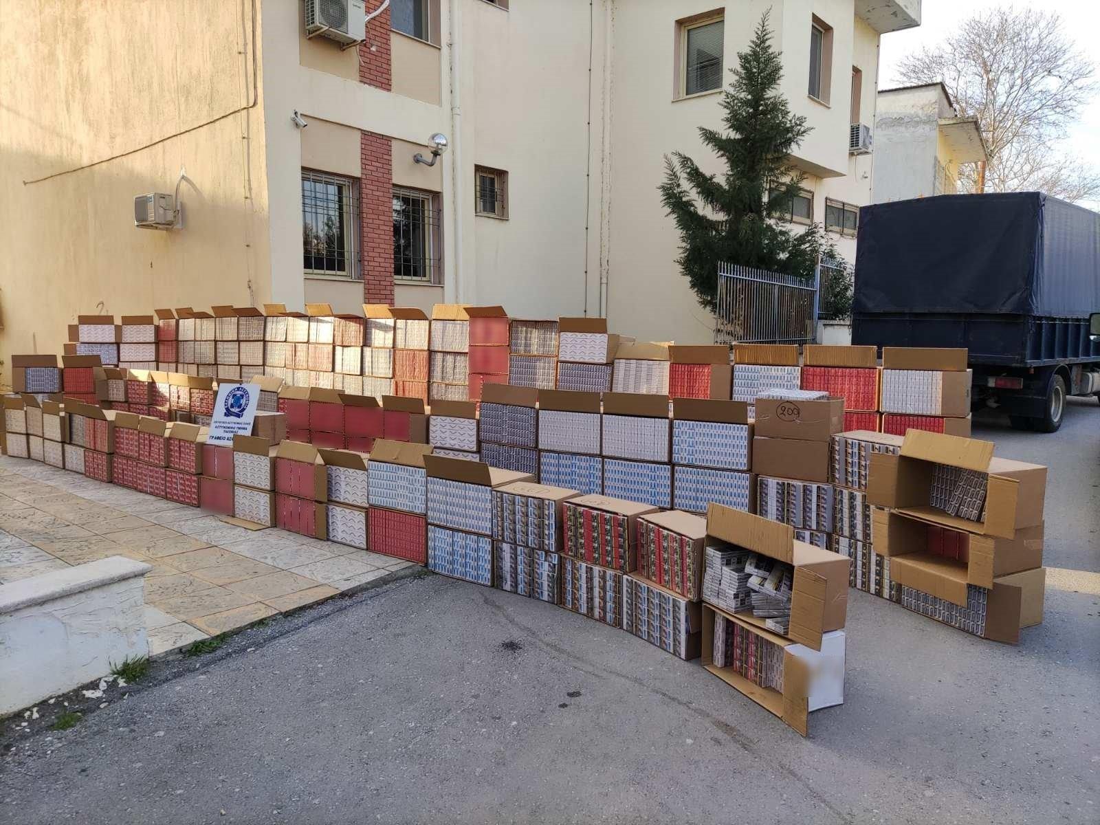 Θεσσαλονίκη: «Τείχος» από λαθραία τσιγάρα – Η εικόνα της ημέρας και τα στοιχεία που την πλαισιώνουν (pics)