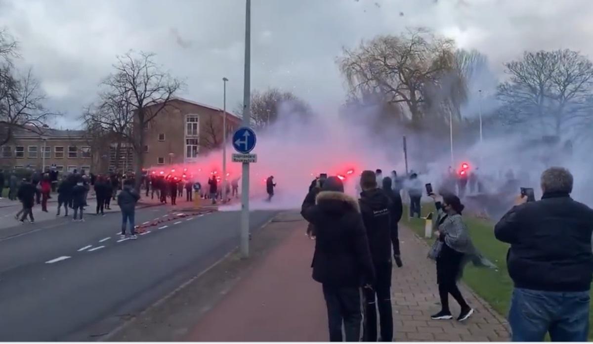 Ολλανδία: Δολοφονήθηκε πασίγνωστος οπαδός μπροστά στην 7χρονη κόρη του, με καπνογόνα η κηδεία (videos)