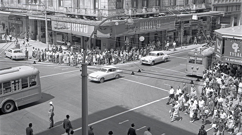 Φωτογραφικό ταξίδι στην Αθήνα του ΄60 – Ελάχιστα αυτοκίνητα, χωματόδρομοι και ψυγεία πάγου
