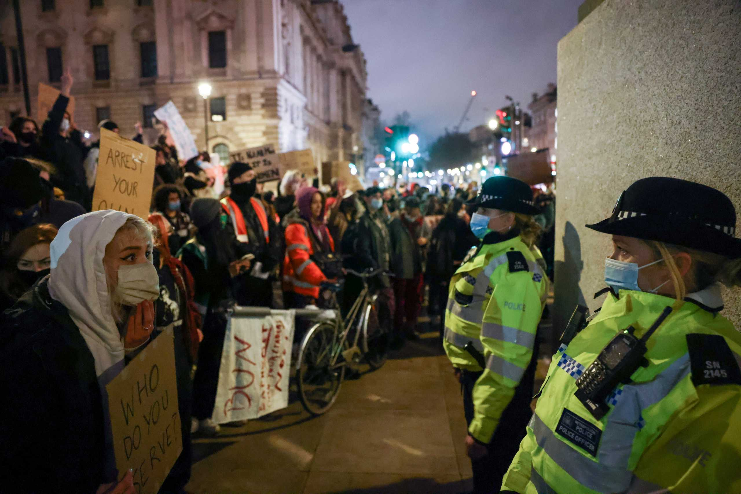 Βρετανία: «Ιδιαίτερα ανήσυχος» ο Τζόνσον για τις ενέργειες της αστυνομίας σε ολονυκτία για τη Σάρα Εβεραρντ