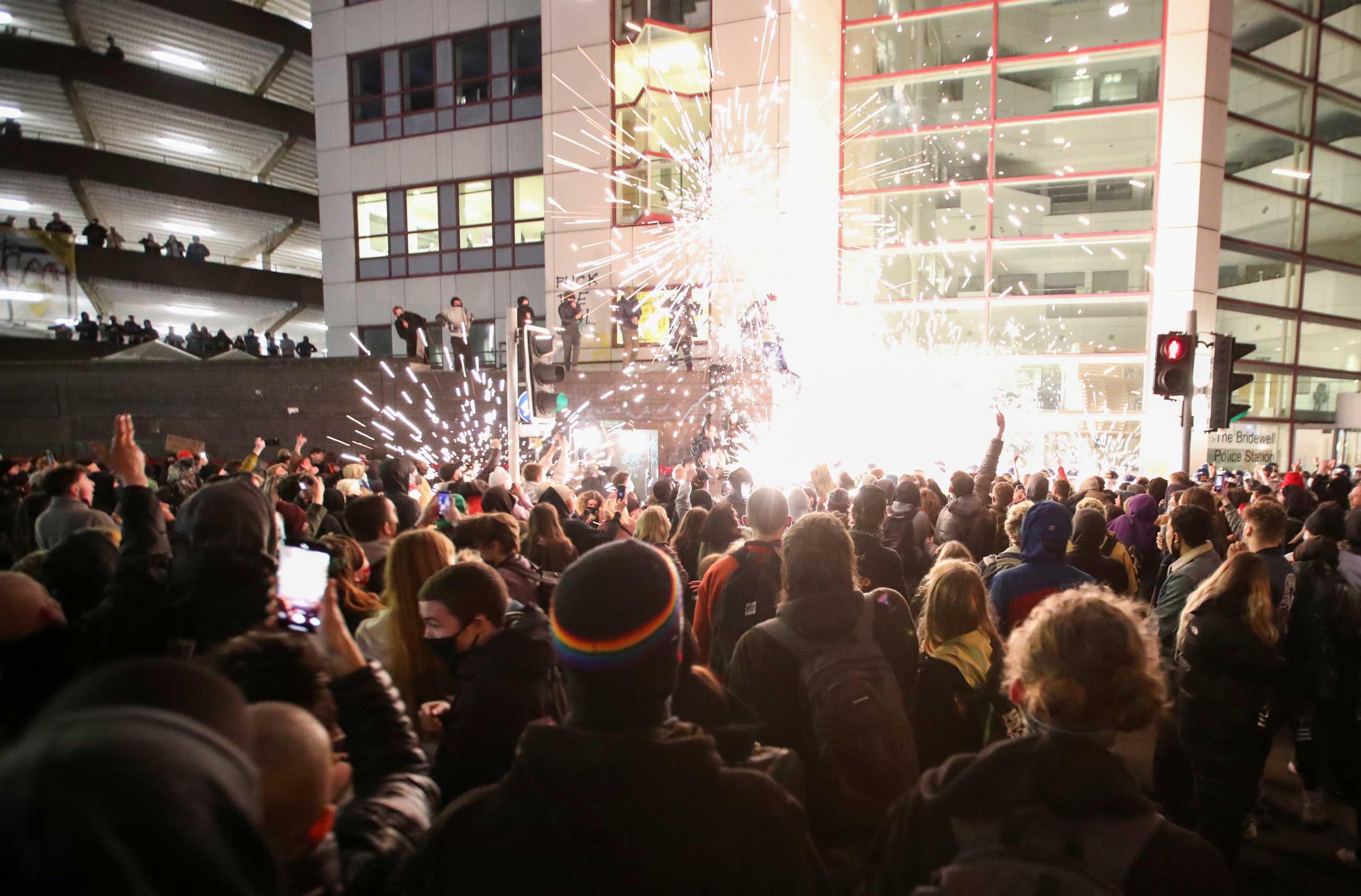 Βρετανία: Ταραχές στο Μπρίστολ σε διαδήλωση κατά του νομοσχεδίου που δίνει υπερεξουσίες στην αστυνομία