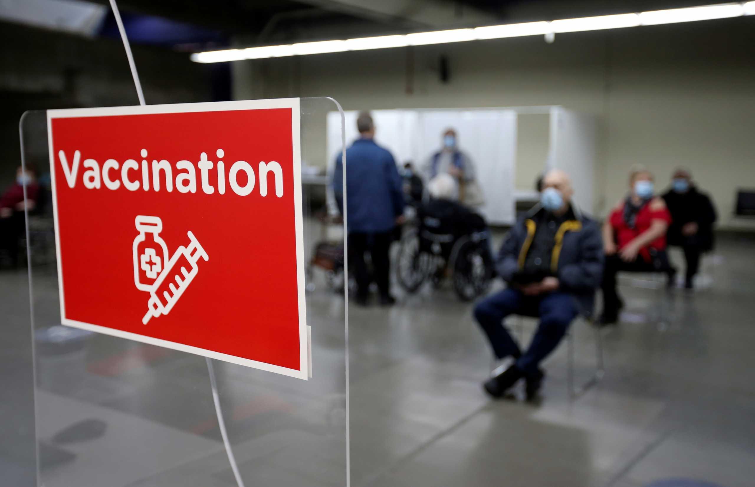 Ελπίδα από τον Καναδά: Μείωση κρουσμάτων στους άνω των 80 χάρη στα εμβόλια