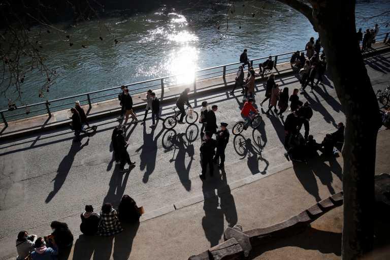 #MeToo: Καθιστική διαμαρτυρία μπροστά από θεατρική σχολή στο Παρίσι για τη σιωπή μπροστά σε καταγγελίες