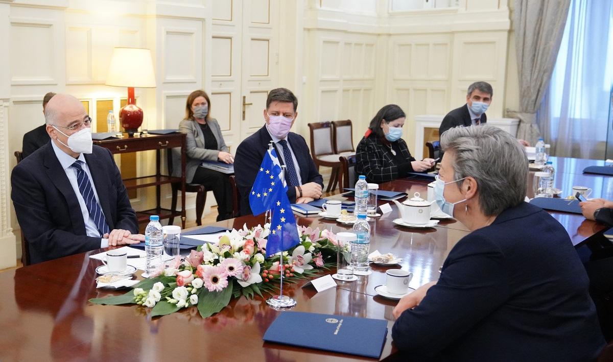 Επί τάπητος ο ρόλος της Τουρκίας στη συνάντηση του ΥΠΕΞ με την Επίτροπο της ΕΕ για το μεταναστευτικό