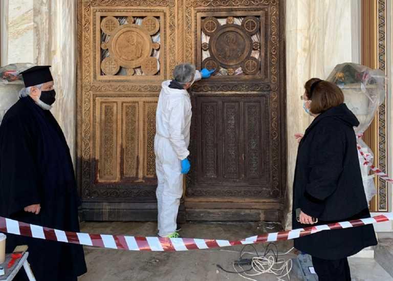 «Καινούρια» γίνεται η πύλη στον Μητροπολιτικό Ναό Αθηνών για τους εορτασμούς της 25ης Μαρτίου (pics)