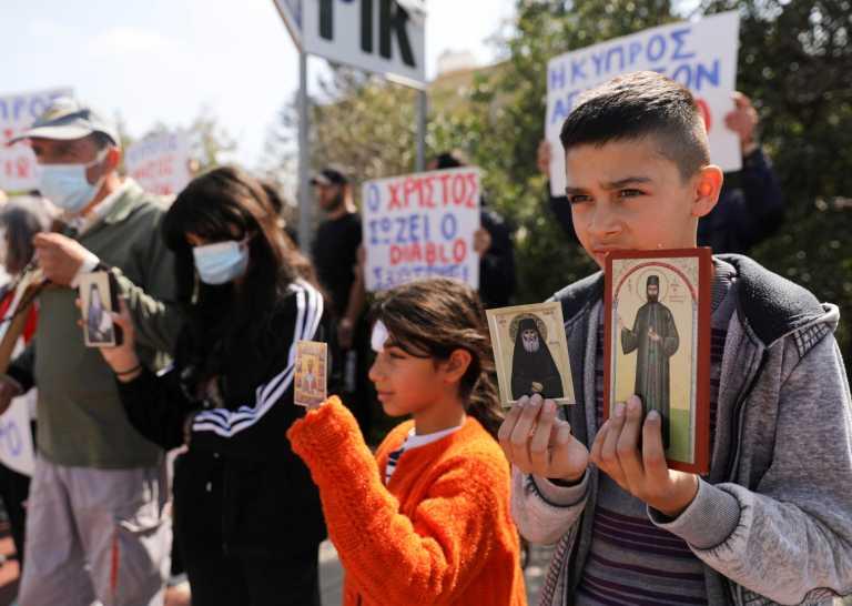 Κύπρος: Νέες διαμαρτυρίες με σταυρούς και εικόνες του Χριστού για το «El Diablo» (pics)