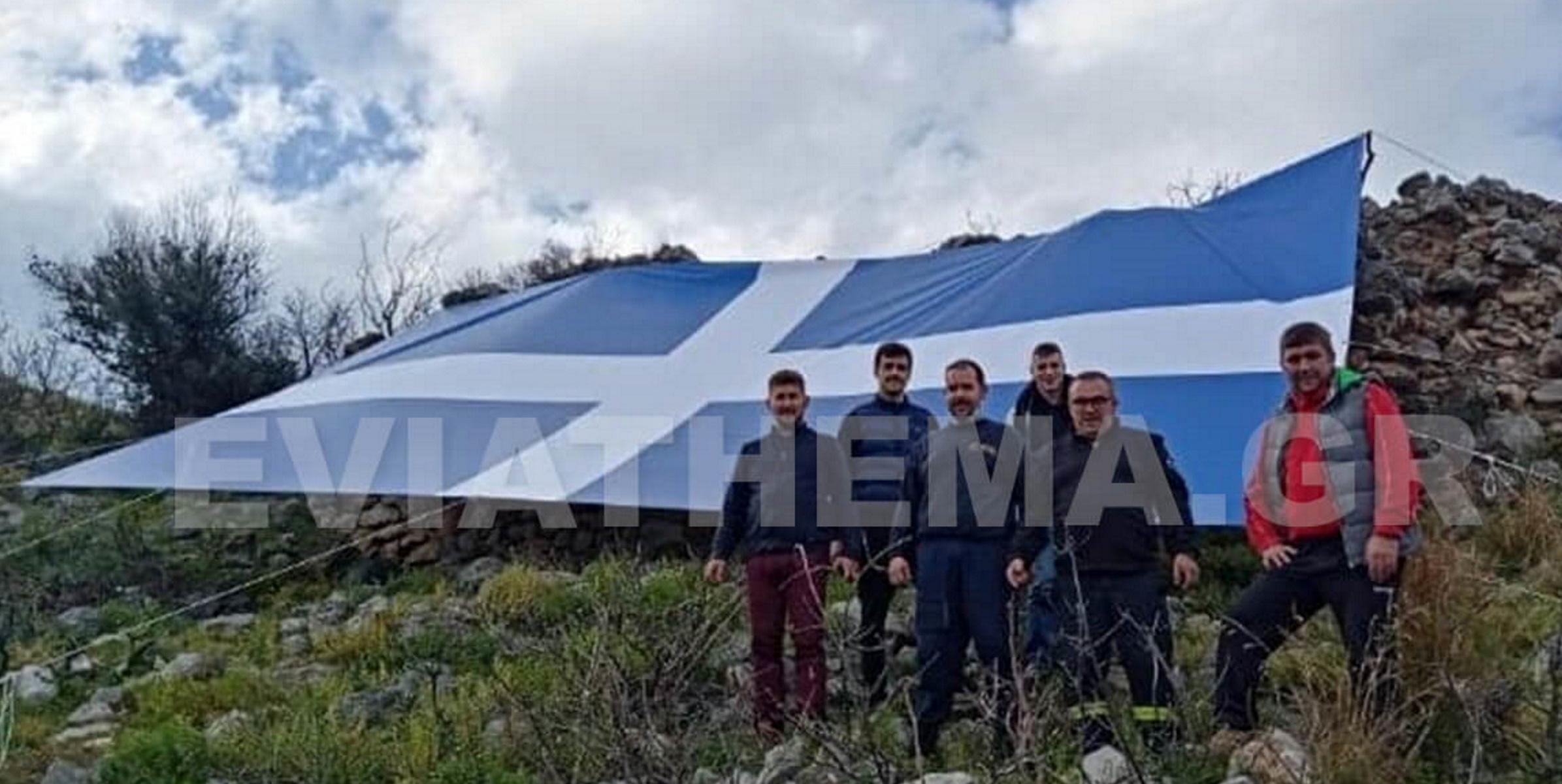 Ψαχνά Ευβοίας: Ξεδίπλωσαν ελληνική σημαία 16 μέτρων – Καθηλωτικές εικόνες από drone