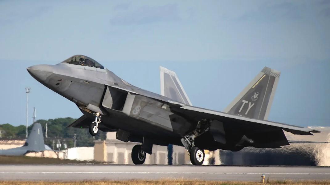 Ατύχημα με F-22: Γλίτωσε τα χειρότερα το stealth μαχητικό σε αναγκαστική προσγείωση [pic]