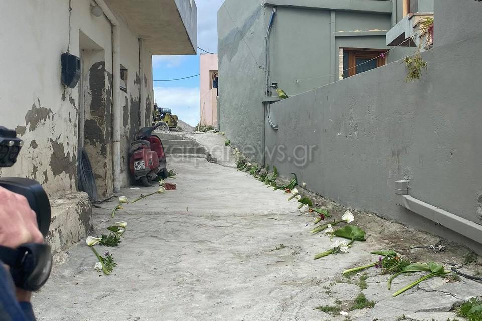 Έστρωσαν με λουλούδια το δρόμο που θα περάσει η σορός του μικρού Ζαχαρία – Η εικόνα του εθίμου που προκαλεί συγκίνηση