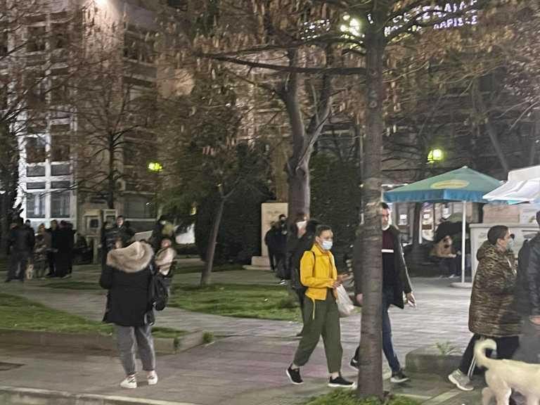 Σεισμός: Γεμάτες έντρομους πολίτες οι πλατείες στην Λάρισα (video)