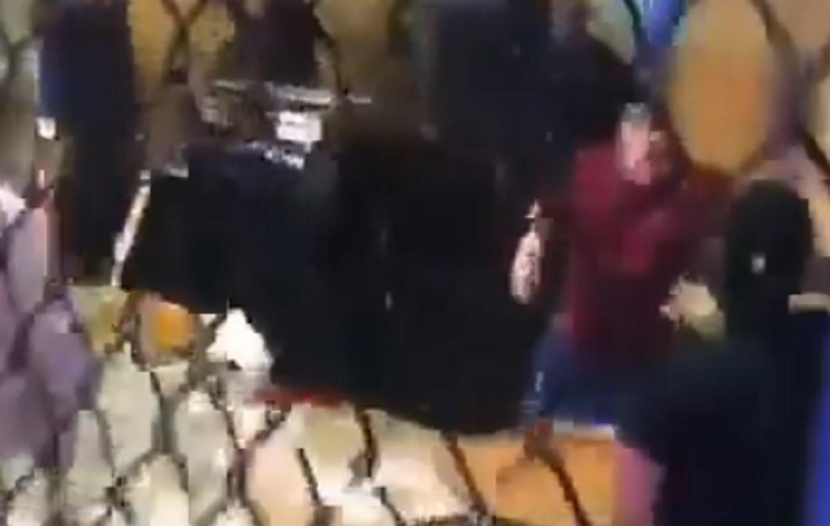 Ερασιτεχνικό τουρνουά MMA έγινε «γουέστερν» με πυροβολισμούς και «ιπτάμενες» καρέκλες (video)