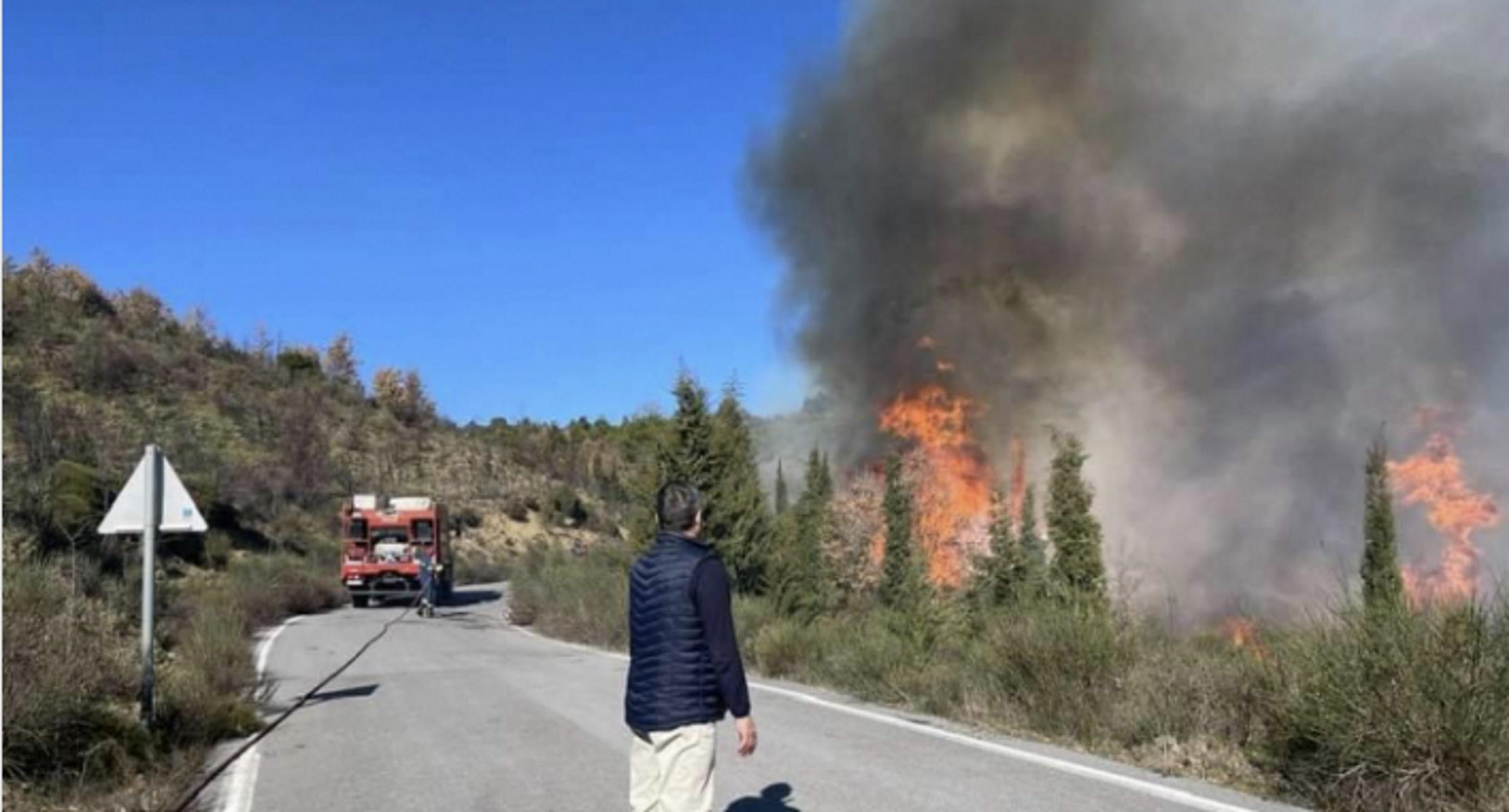 Φωτιές σε Μεγαλόπολη, Αίγιο και Καρπενήσι – Με φλόγες και ανέμους μάχονται οι πυροσβέστες