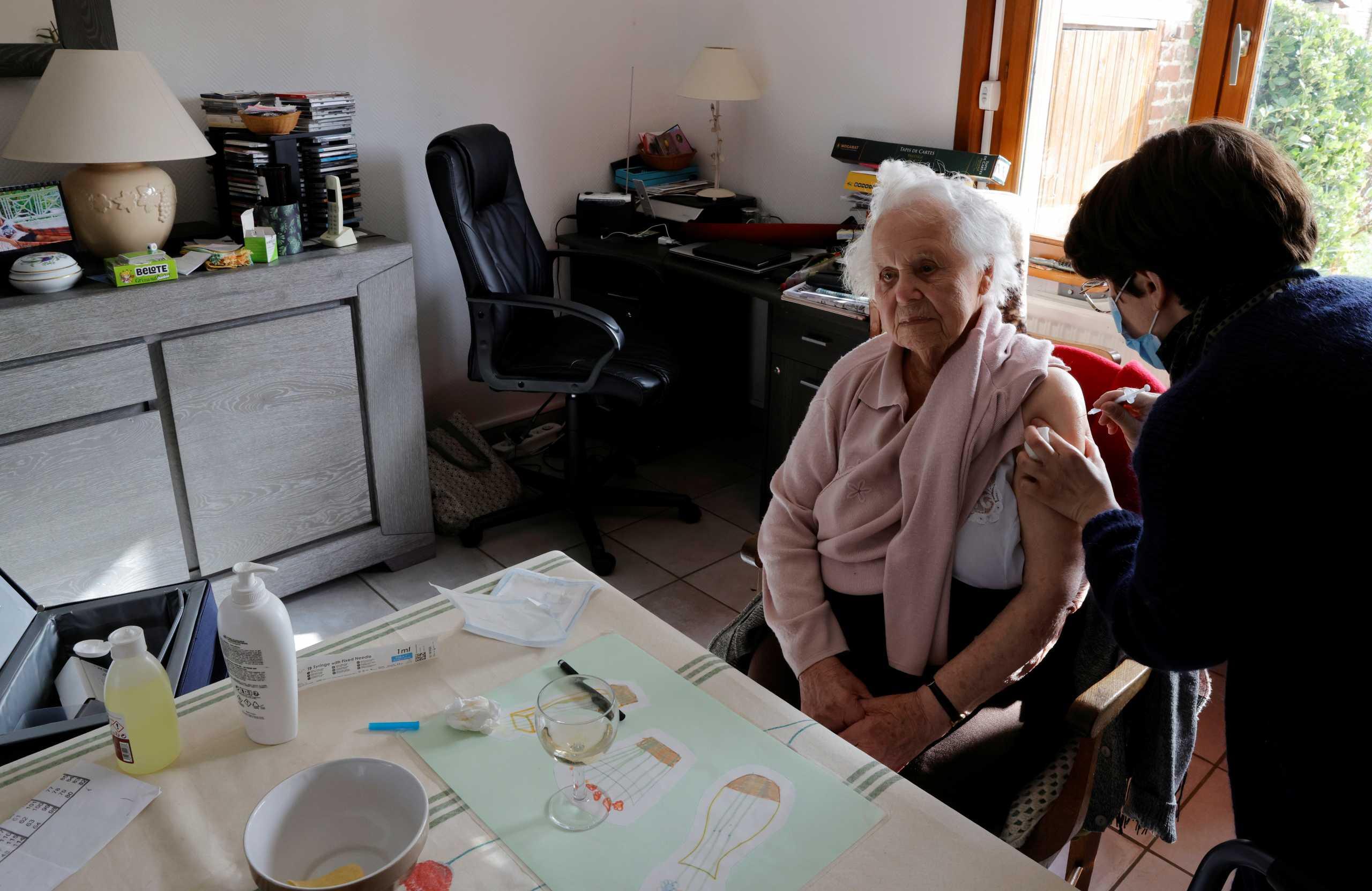 Γαλλία: Οι μισοί εργαζόμενοι στα γηροκομεία δεν εμπιστεύονται το εμβόλιο κατά του κορονοϊού