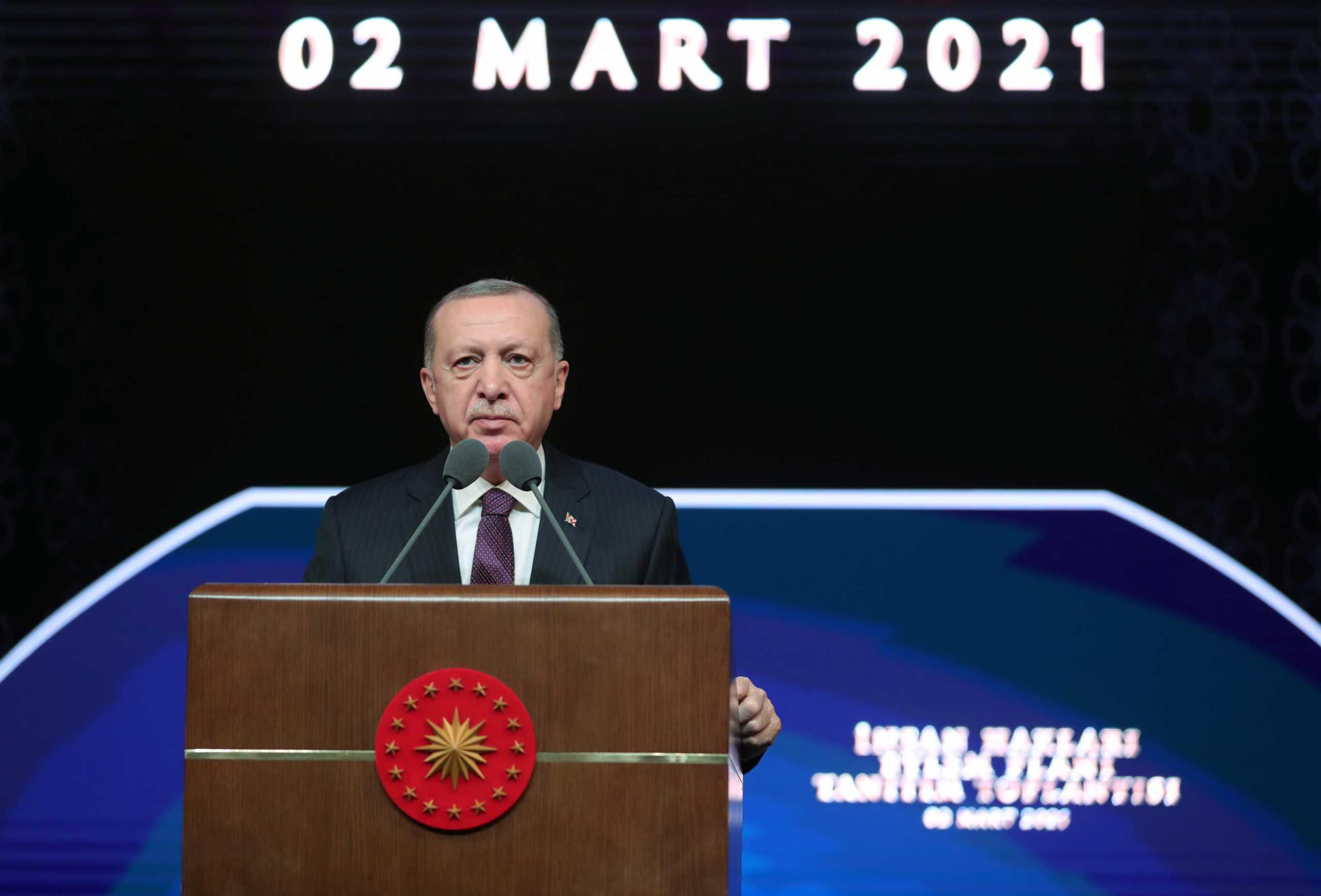 Ερντογάν: Σκέφτεται αλλαγή του εκλογικού νόμου γιατί πέφτουν τα ποσοστά του