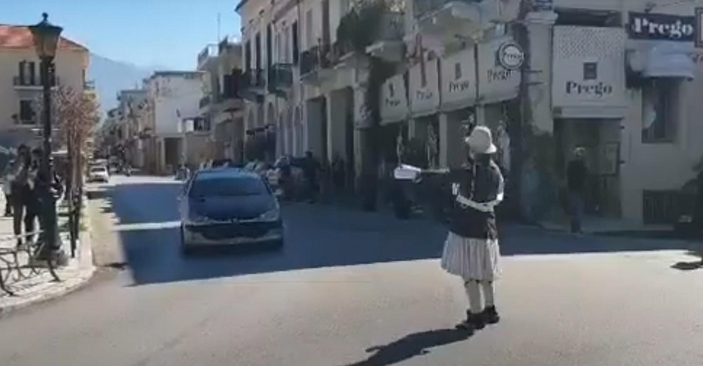 Τσικνοπέμπτη αλλιώς στην Πάτρα: Τροχονόμος με φουστανέλα και σφυρίχτρα (pic, vid)