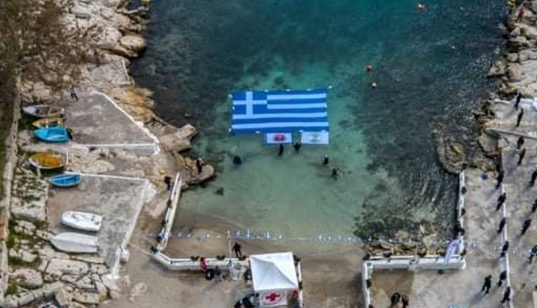 25η Μαρτίου – Πειραιάς: Εντυπωσιακή ελληνική σημαία στα νερά της Πειραϊκής (pics)
