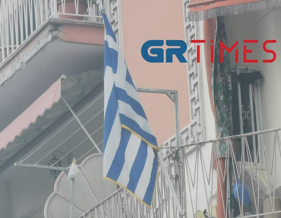 Θεσσαλονίκη: Τα μπαλκόνια γεμίζουν γαλανόλευκες σημαίες – Αλλαγή σκηνικού στις περισσότερες γειτονιές (pics)